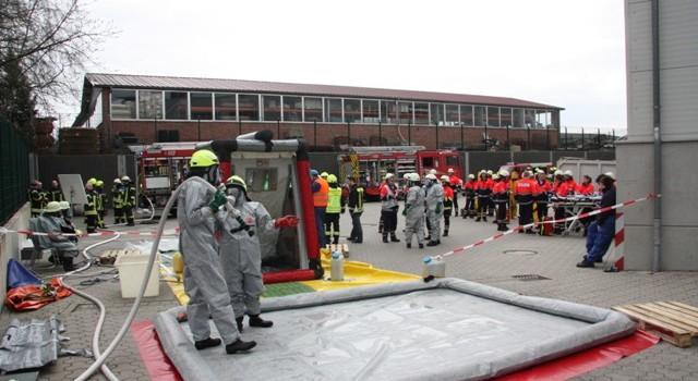 11.04.2015 – Feuerwehren und Gefahrgutzug probtem Ernstfall bei Wiesenhof